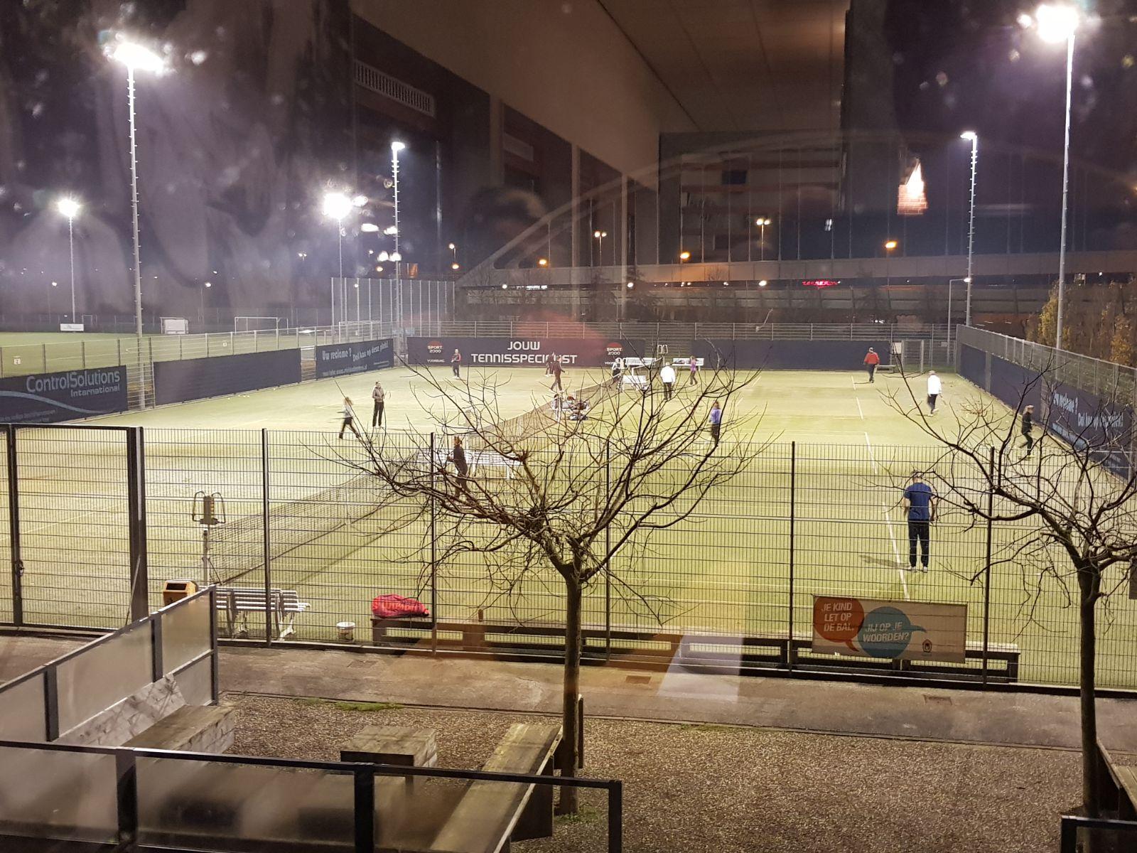 kunstgras tennisbanen met verlichting